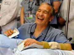 EEUU: realizan a un hombre un trasplante doble de manos
