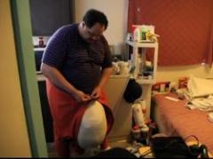 Hombre con escroto de 45 kilos