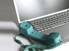 Empleados usan su laptop en ámbito laboral