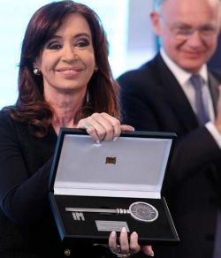 Ana Olivera entregó las llaves de Montevideo a CFK