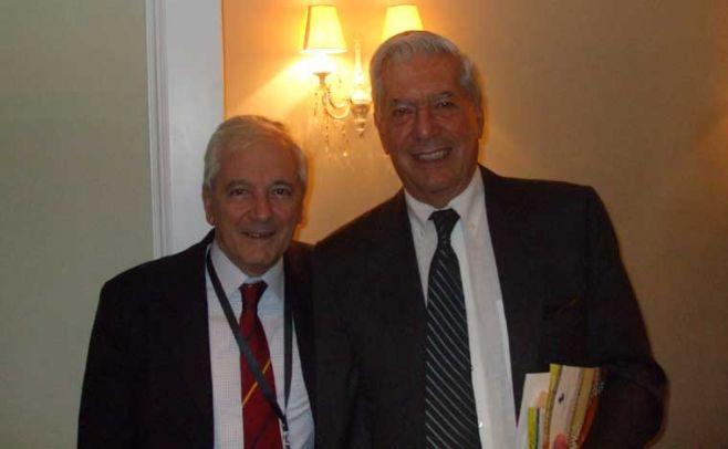 Ruben Loza Aguerrebere con Mario Vargas Llosa. Gentileza de Ruben Loza Aguerrebere