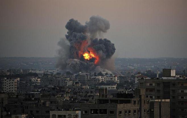 Vista de una columna de humo tras un ataque israelí en el oeste de la Franja de Gaza. EFE