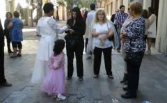 Funcionarios del Registro Civil casan parejas al aire libre, en medio de la peatonal Sarandí