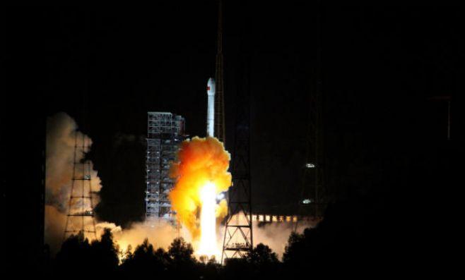 China lanza sonda lunar que volverá a la Tierra