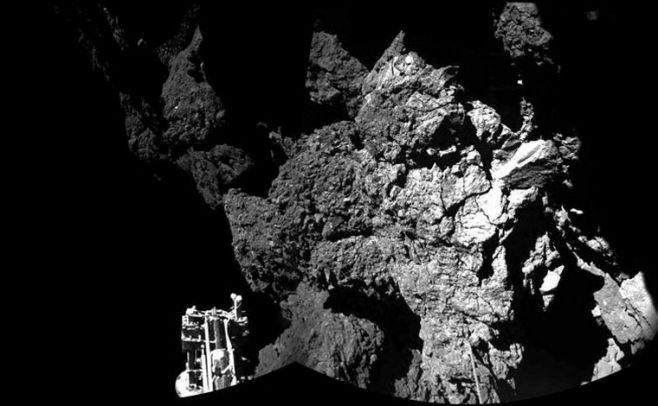 Fotograf�a en b/n facitada por la Agencia Espacial Europea (ESA)  tomada por la c�mara CIVA del modulo Philae que muestra una vista parcial del aterrizaje en la superficie del cometa 67/P Churyumov-Gerasimenko. El m�dulo Philae sigue activo sobre la su. EFE
