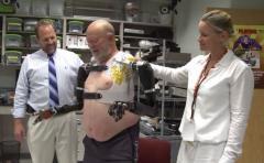 Este hombre controla sus brazos robóticos con la mente