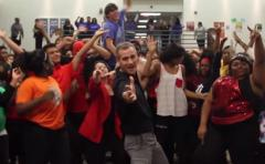 Profesor y alumnos bailan y emocionan a Bruno Mars