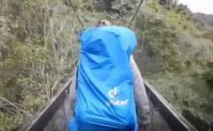 De terror: un puente cedió cuando 4 turistas lo cruzaban