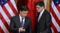 El secretario del tesoro de Estados Unidos, Jack Lew, (d) asiste a una reunión con el viceprimer ministro chino, Wang Yang (i)