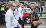 Mujer que enfrentó a marcha neonazi se vuelve un símbolo