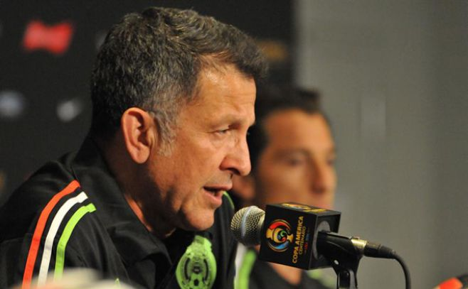El técnico de México acusó a Giménez de agredirlo