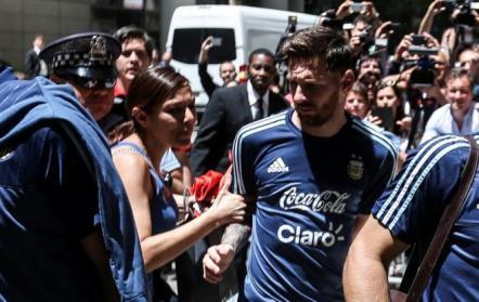 Momento incómodo para Messi, víctima de una fanática