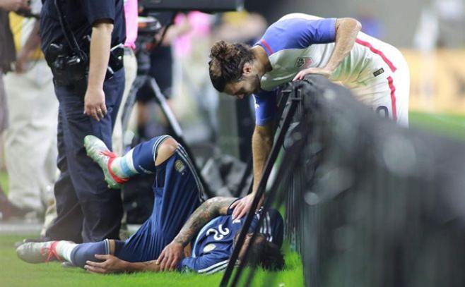 Imagen de Ezequiel Lavezzi luego de la caída.. EFE