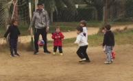 Suárez se divierte con niños en un campito de Solymar