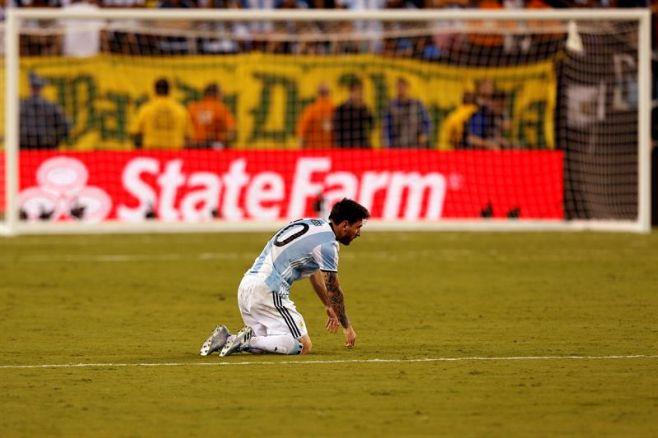 Messi lloró desconsolado tras fallar el penal. EFE