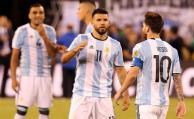 Agüero consuela a Messi tras errar el penal.