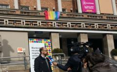 La fachada de la IM con los colores de la diversidad