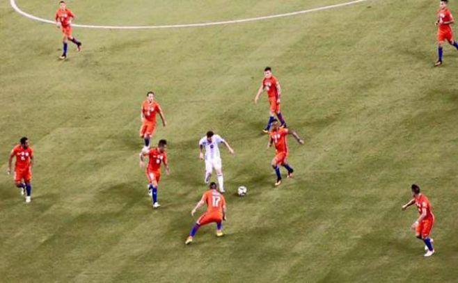 Messi en soledad ante Chile, la foto que se hizo viral