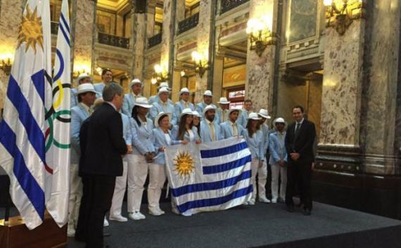 La delegación Celeste de los JJOO recibió el pabellón