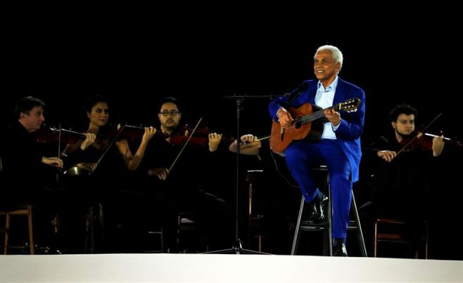Paulinho da Viola cantando el himno de Brasil.. EFE