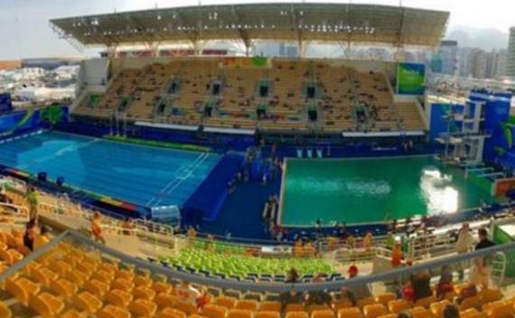 ¿Por qué se tiñó de verde una piscina olímpica?
