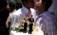 Estudian medidas contra cura por bendecir matrimonio gay