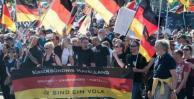 Ultraderechistas protestan subidos a la Puerta de Brandeburgo
