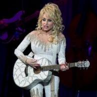 """Dolly Parton solo recorre el mundo en su """"ómnibus de lujo"""""""