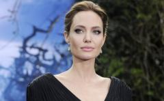 Angelina Jolie le compró un oso gigante a dos niños