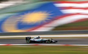 Hamilton responde con 'pole' en Malasia y récord