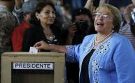 Bachelet se olvidó el carné de votar y tuvo que firmar