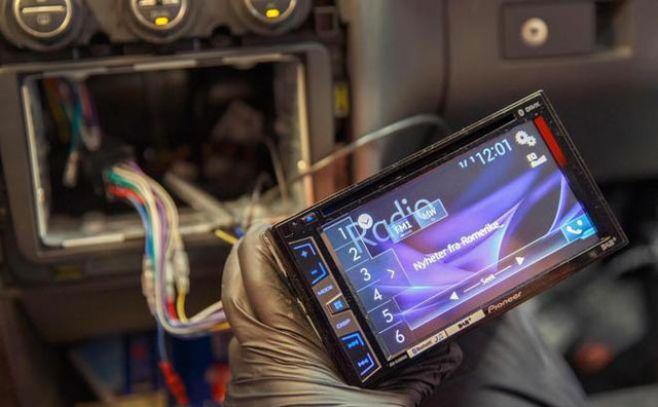 Instalación de una radio digital en un coche, en la ciudad de Oslo.. AFP