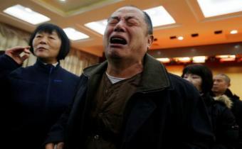 Familiares de las víctimas del MH370 imploran que siga la búsqueda del avión