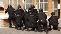 Alerta policial y militar: un cangrejo bajo la piedra