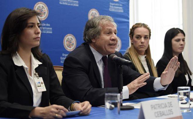 El secretario general de la OEA Luis Almagro (2i), habla junto a Lilian Tintori (2d), Patricia Ceballos (i) y Oriana Goicoechea (d) familiares de políticos presos en Venezuela, durante una conferencia de prensa hoy, lunes 20 de marzo del 2017, sobre la situación política de Venezuela, en Washington DC, (Estados Unidos).