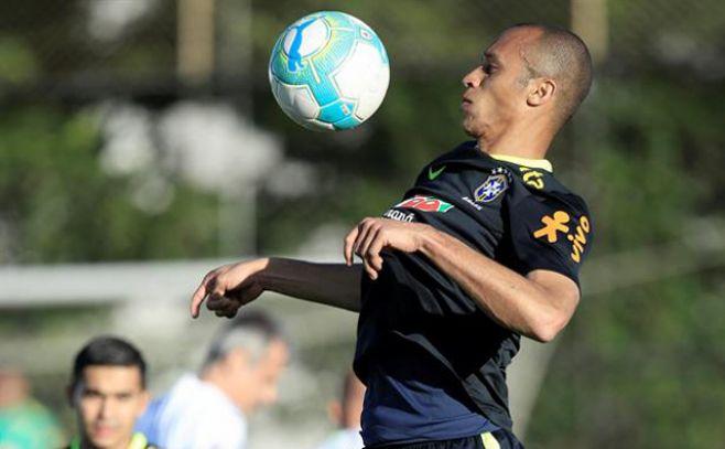 El jugador de la selección Brasil Miranda hoy, lunes 20 de marzo de 2017, durante una sesión de entrenamiento en el club Corinthians de la ciudad de Sao Paulo (Brasil). EFE