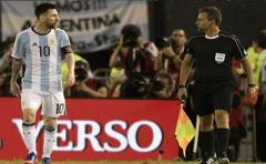"""Messi: improperios fueron lanzados """"al aire"""" y no contra el asistente"""