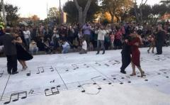 """Más de 1.000 personas en fiesta de tango para inaugurar mural de """"La Cumparsita"""""""