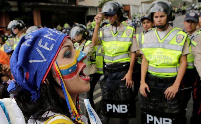 Oposición venezolana protesta con