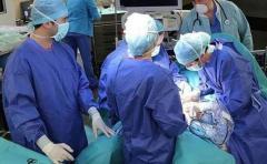 Inédito implante de oreja a un joven con el cartílago de su madre