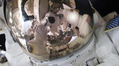 Astronautas en caminata espacial para urgente reparación