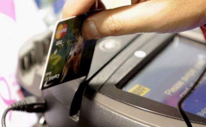 Las comisiones que cobran emisoras de tarjetas de crédito y de débito