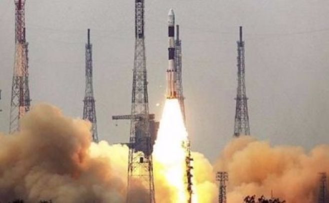 India lanza un cohete que pesa como 200 elefantes