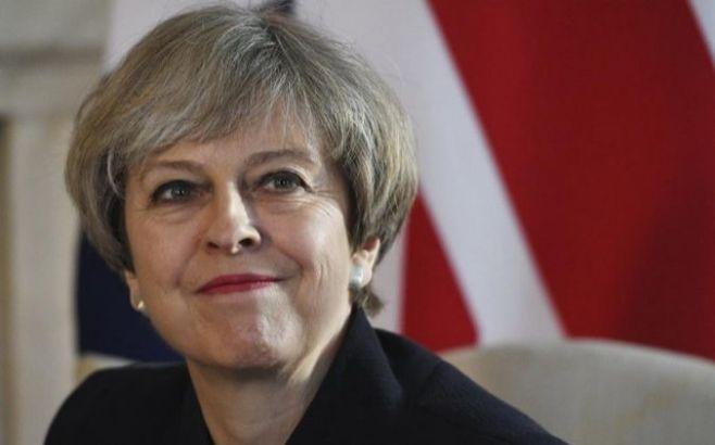 May negocia el Gobierno con los norirlandeses entre presiones a su liderazgo