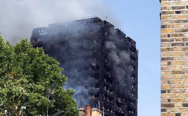 Pánico en Londres por incendio en torre residencial