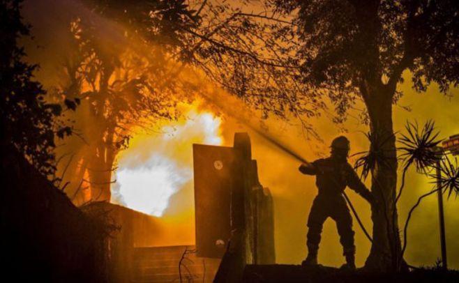 Casi 2.000 bomberos siguen luchando contra el brutal incendio en Portugal. EFE