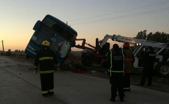 Un muerto y 10 heridos tras vuelco de ómnibus