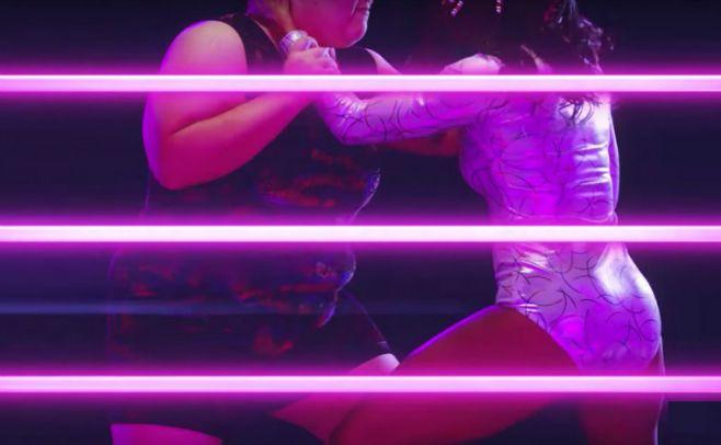 Inicia Glow, serie basada en la lucha libre para damas