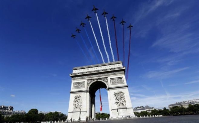 Casi 900 coches incendiados durante la Fiesta Nacional francesa