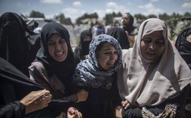 Mujeres palestinas lloran por la muerte de varios integrantes de una familia. Ilustración. . EFE